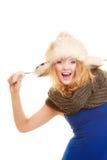 зима способа предпосылки красивейшей изолированная девушкой белая Счастливая молодая женщина в меховой шапке Стоковые Фотографии RF
