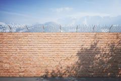 Зима стены тюрьмы красного кирпича Иллюстрация вектора
