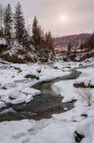 зима температуры России ландшафта 33c января ural Река горы пропускает от утесов Река снега и горы Стоковые Изображения RF