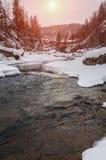 зима температуры России ландшафта 33c января ural Река горы пропускает от утесов Река снега и горы Стоковое Фото