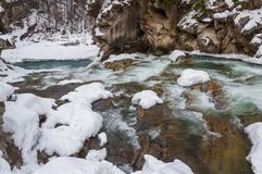зима температуры России ландшафта 33c января ural Река горы пропускает от утесов Река снега и горы Стоковая Фотография