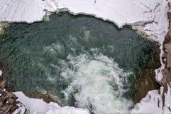 зима температуры России ландшафта 33c января ural Река горы пропускает от утесов Река снега и горы Стоковое Изображение RF
