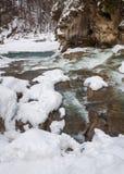 зима температуры России ландшафта 33c января ural Река горы пропускает от утесов Река снега и горы Стоковое фото RF