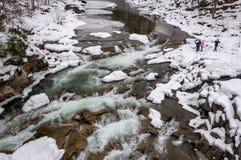 зима температуры России ландшафта 33c января ural Река горы пропускает от утесов Река снега и горы Стоковые Фотографии RF