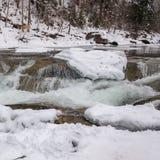 зима температуры России ландшафта 33c января ural Река горы пропускает от утесов Река снега и горы Стоковая Фотография RF