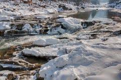 зима температуры России ландшафта 33c января ural Река горы пропускает от утесов Река снега и горы Стоковые Изображения