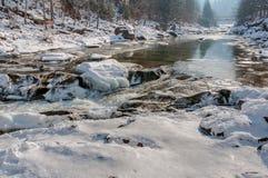 зима температуры России ландшафта 33c января ural Река горы пропускает от утесов Река снега и горы Стоковое Изображение