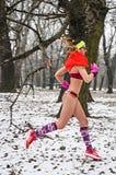 Зима участвует в гонке в их нижнем белье через древесины в снеге Стоковые Изображения RF