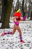 Зима участвует в гонке в их нижнем белье через древесины в снеге Стоковое фото RF