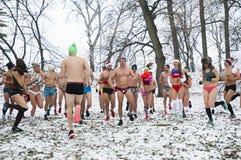 Зима участвует в гонке в их нижнем белье через древесины в снеге Стоковое Изображение RF