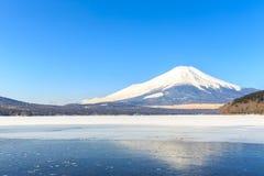 Зима Фудзи горы от озера Yamanaka Стоковое фото RF