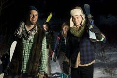 зима холма 4 друзей вверх гуляя Стоковая Фотография RF