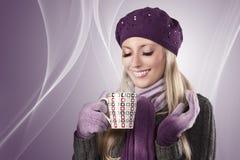 зима чая девушки чашки горячая Стоковая Фотография RF