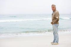 зима человека праздника пляжа старшая стоящая Стоковое фото RF