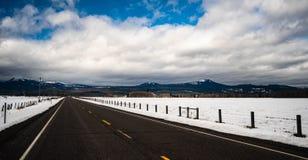 Зима шоссе майны дороги 2 длинного панорамного состава открытая стоковые фото