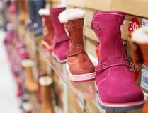 Зима ягнится ботинки в магазине Стоковое Фото