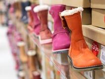Зима ягнится ботинки в магазине Стоковое Изображение