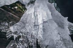 зима baikal olkhon Россия озера острова baikal грот льда Толстые голубые лед и сосульки на прибрежных утесах острова Olkhon в зим стоковое фото rf