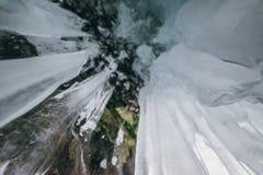 зима baikal olkhon Россия озера острова baikal грот льда Толстые голубые лед и сосульки на прибрежных утесах острова Olkhon в зим стоковое изображение rf