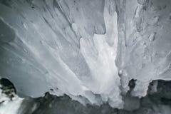 зима baikal olkhon Россия озера острова baikal грот льда Толстые голубые лед и сосульки на прибрежных утесах острова Olkhon в зим стоковое фото