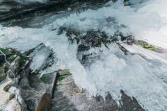зима baikal olkhon Россия озера острова baikal грот льда Толстые голубые лед и сосульки на прибрежных утесах острова Olkhon в зим стоковые фотографии rf