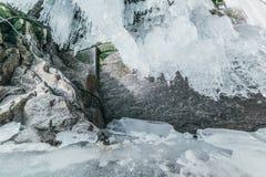 зима baikal olkhon Россия озера острова baikal грот льда Толстые голубые лед и сосульки на прибрежных утесах острова Olkhon в зим стоковые изображения
