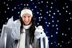 Зима: Excited покупатель праздника с хозяйственными сумками Стоковое Фото