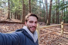 Зима hiker нося одевает улыбки стоковая фотография