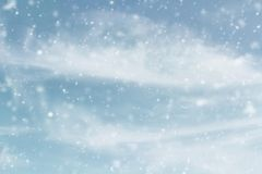 Зима Skyscape Snowy с падая снегом стоковая фотография rf