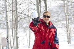 зима snowball потехи бросая Стоковая Фотография RF
