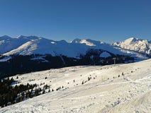 Зимние отдыхи между покрытыми снег швейцарскими горами Давос, Швейцария стоковое изображение
