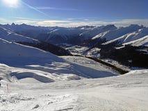 Зимние отдыхи между покрытыми снег швейцарскими горами Давос, Швейцария стоковые фото