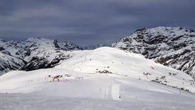 Зимний отдых в горах Альпов под голубым небом Стоковая Фотография