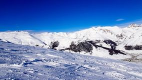 Зимний отдых в горах Альпов под голубым небом стоковое изображение rf