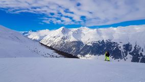 Зимний отдых в горах Альпов под голубым небом стоковые изображения rf