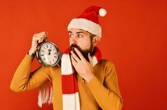 Зимний отдых и концепция комплекса предпусковых операций Санта Клаус ждет полночь стоковые фотографии rf