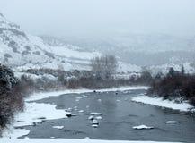 Зимняя сцена при Колорадо бежать через снежный ландшафт Стоковое Изображение RF