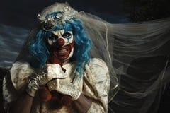 Злий клоун в платье невесты душа плюшевый медвежонка стоковые изображения