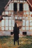 Злий призрак перед домом преследовать ужасом покинутым Стоковая Фотография RF