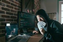 Злий хакер держа сторону крышки банкноты наличных денег Стоковая Фотография RF