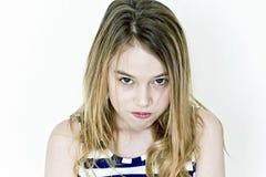 Зловещая девушка с белокурыми длинными волосами в striped одеждах стоковое изображение rf