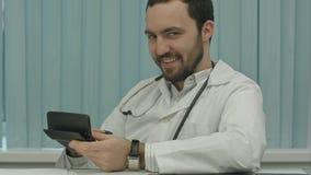Зловещий бородатый доктор с калькулятором вычисление цены стоковые изображения