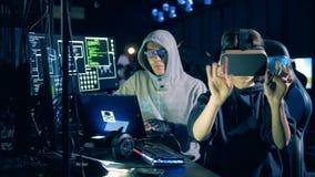 Злодеяние кибер и рубить концепция Женщина нося стекла VR пока рубящ компьютер, конец вверх акции видеоматериалы