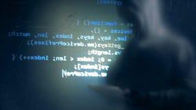 Злодеяние кибер и рубить концепция Один мошенник использует планшет для того чтобы прорубить систему, конец вверх видеоматериал