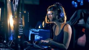 Злодеяние кибер и рубить концепция Типы на клавиатуре, треская система хакера, конец вверх сток-видео