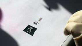 злодеяние Самолет-нарушитель в резиновых перчатках крепить кусок бумаги письма и слова режут от различных вариантов видеоматериал