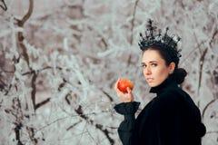 Злой ферзь с отравленным Яблоком в стране чудес зимы стоковое изображение