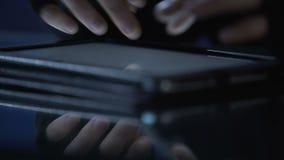 Злостый хакер атакует вебсайт от ПК таблетки, совершает злодеяние вымогательства кибер сток-видео
