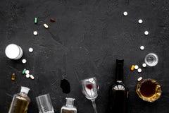 Злоупотребление Alocohol и концепция обработки алкоголизма Стекла, бутылки и пилюльки medcine на черном взгляд сверху предпосылки Стоковое Изображение