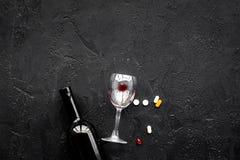 Злоупотребление Alocohol и концепция обработки алкоголизма Стекла, бутылки и пилюльки medcine на черном взгляд сверху предпосылки Стоковая Фотография RF